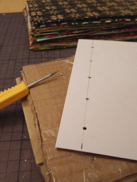 Un album photo en papier d'emballage recyclé-Percer des trous