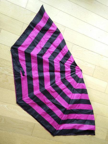 Un sac de courses fabriqué avec un parapluie-La préparation de parapluie