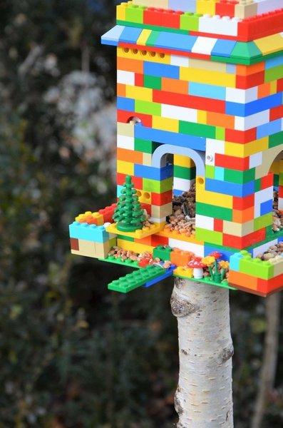 {DiY} Mangeoire à oiseaux LEGO®-La mise en situation dans le jardin