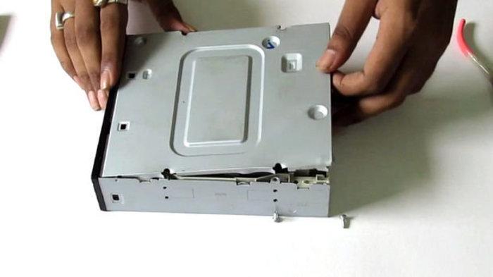 Recycler un vieux lecteur CD-DVD en pièces détachées-Ouvrir le Boitier