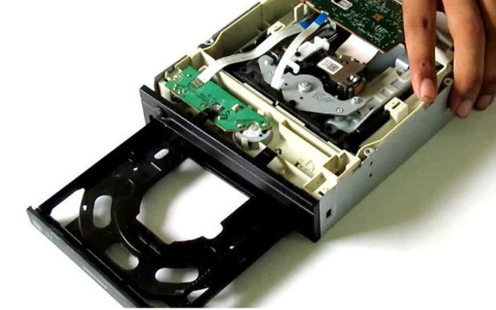 Recycler un vieux lecteur CD-DVD en pièces détachées-Le moteur a Courant continu