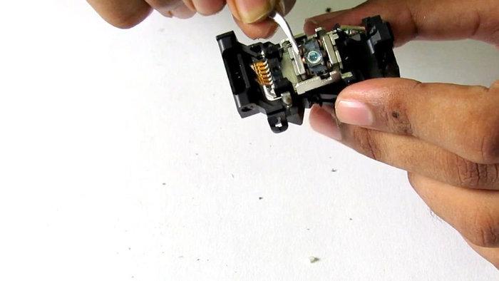 Recycler un vieux lecteur CD-DVD en pièces détachées-La lentille optique