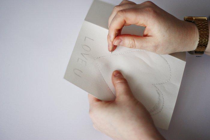 Une carte de Saint-Valentin brodée-Percez les trous et brodez votre carte