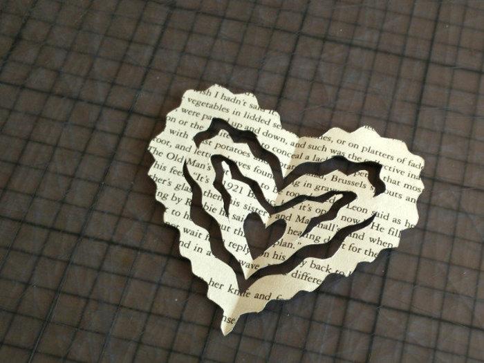 Créations pour la saint valentin avec des livres recyclés-Drapeaux saint valentin avec du papier recyclé