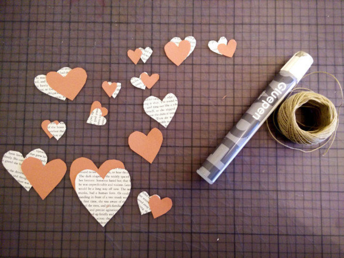 Créations pour la saint valentin avec des livres recyclés-Guirlande saint valentin en papier recyclé