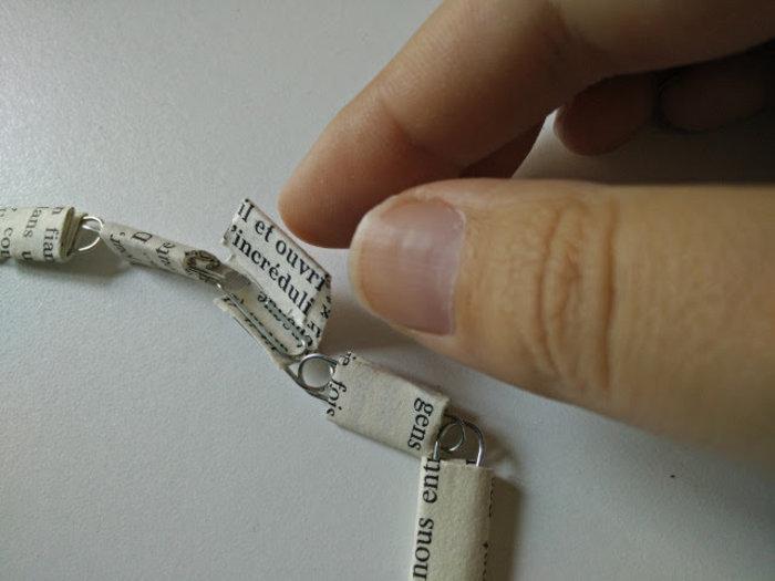 Collier avec des trombones et du papier recyclé-Fermez le colier