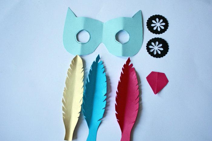 Les jolis masques en papier-Faire les plumes
