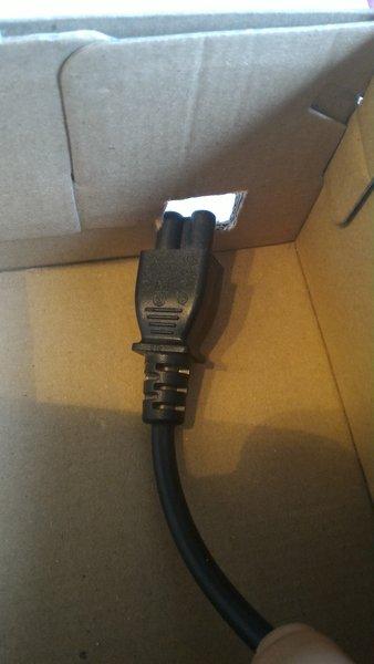 Boite de rangement de fils d'ordinateur-découper les sorties des câbles de l'ordinateur