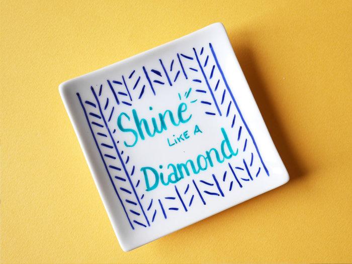Personnalisez vos accessoires de salle de bain avec les feutres pour porcelaine Edding-La coupelle à bijoux