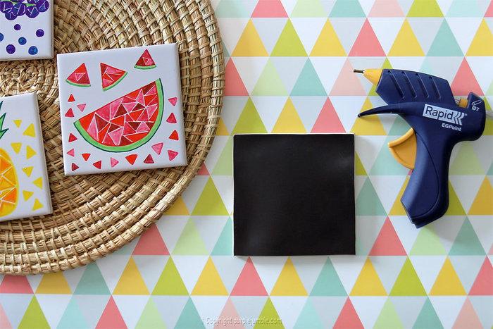 Carreaux fruités pour déco colorée-Coller des plaques aimantées pour en faire des magnets