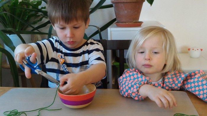 Oeuf en laine (activité enfant)-Couper des petits morceaux de laine