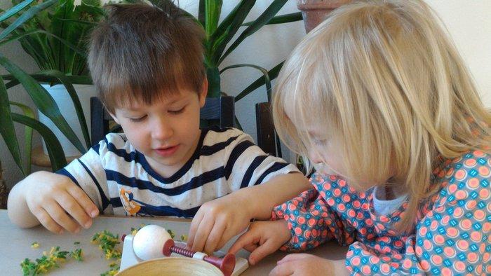 Oeuf en laine (activité enfant)-Disposer des morceaux de laine
