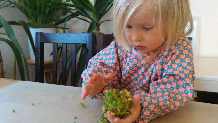 Oeuf en laine (activité enfant)-Frotter, presser : faire tenir les morceaux de laine