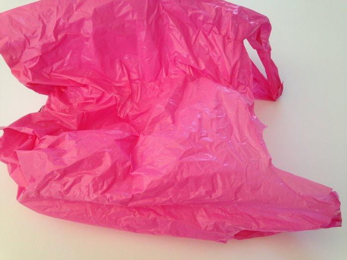 Une jolie décoration pivoine à accrocher, tout en recup-Découper les sacs plastique