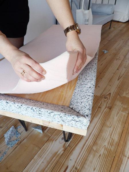 Banquette de tapissier en mousse et pieds Ripaton-pose et collage de la mousse
