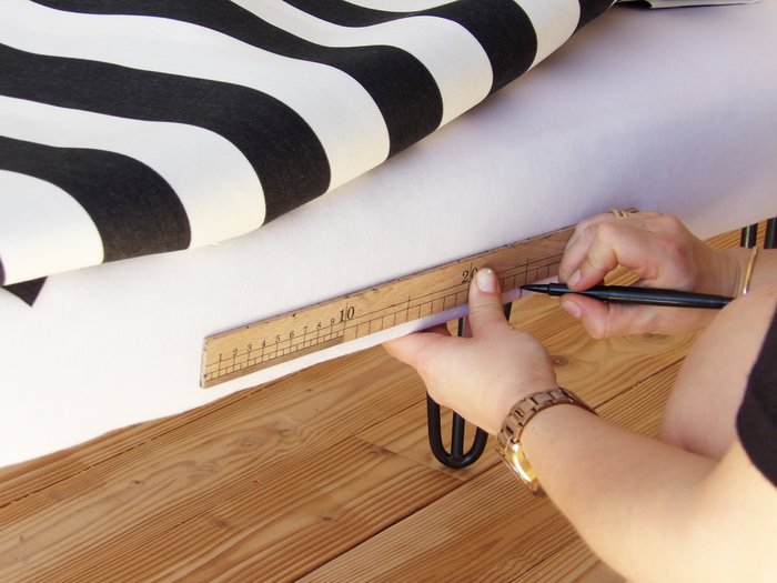 Banquette de tapissier en mousse et pieds Ripaton-pose du tissu