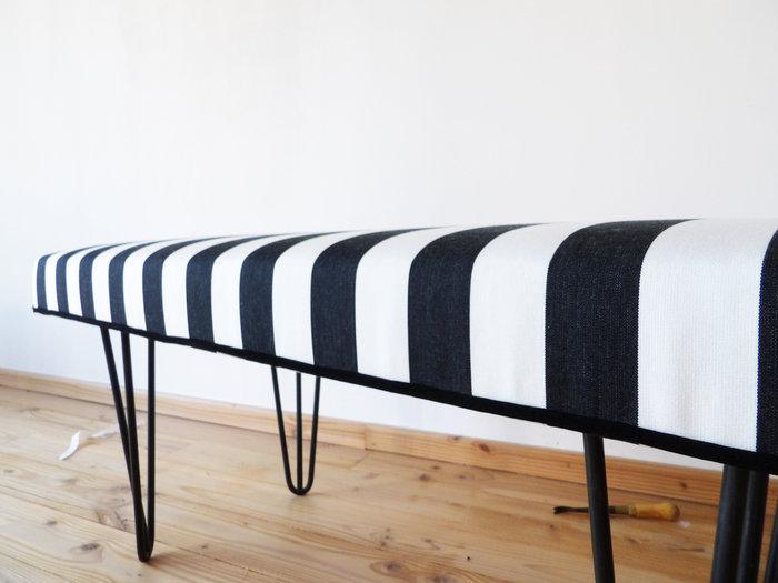 Banquette de tapissier en mousse et pieds Ripaton-finition avec du double passepoil