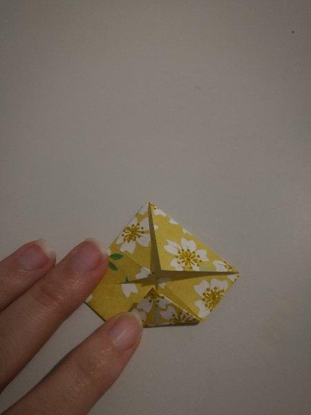 Mobile de printemps-Réalisation des élèments en origami : fleur lotus
