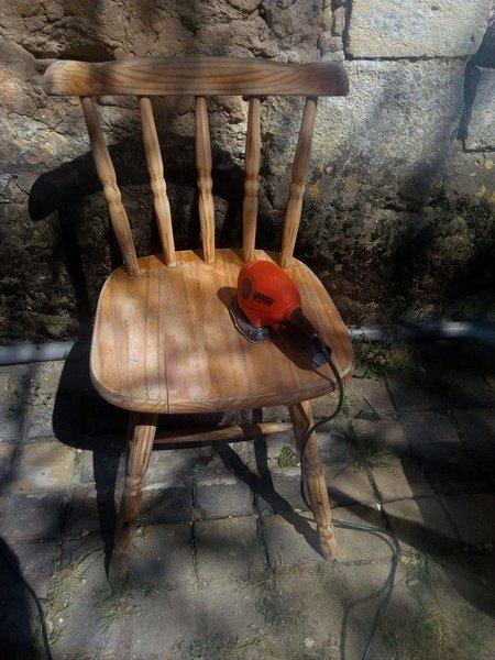 Rénovation et peinture de chaises en bois -Ponçage et nettoyage