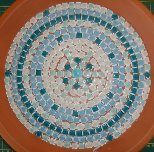 Un bain pour oiseaux en mosaïque-Le collage