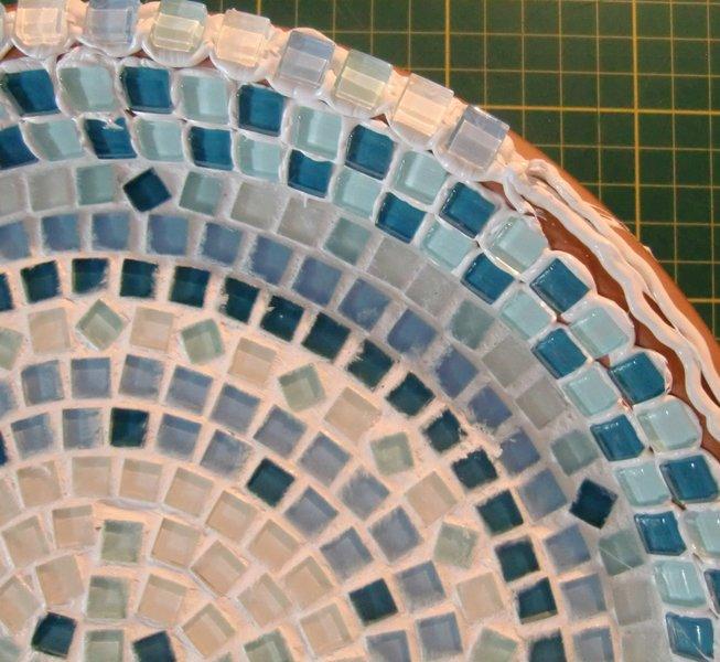 Un bain pour oiseaux en mosaïque-Le tour de la soucoupe