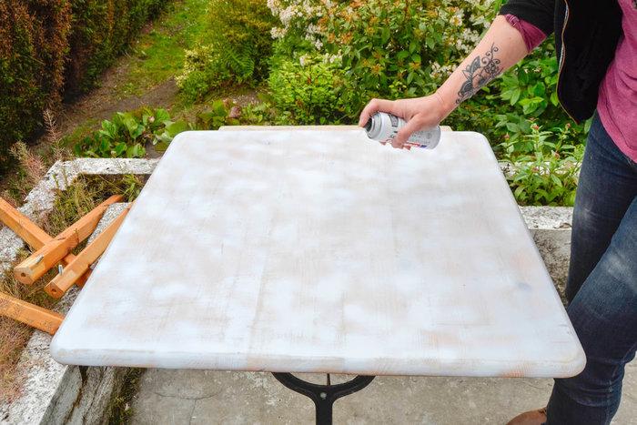 Moderniser une table en porte-plantes rétro-APPLIQUER L'APPRÊT