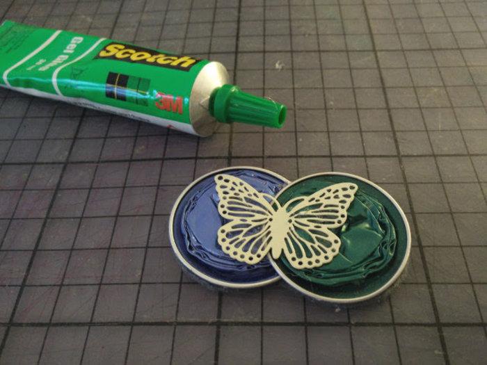 Une jolie broche fabriqué avec des capsules nespresso recyclées-Coller la perle décorative