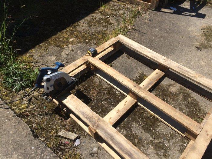 Des étagères hexagonales-Démonter des palettes