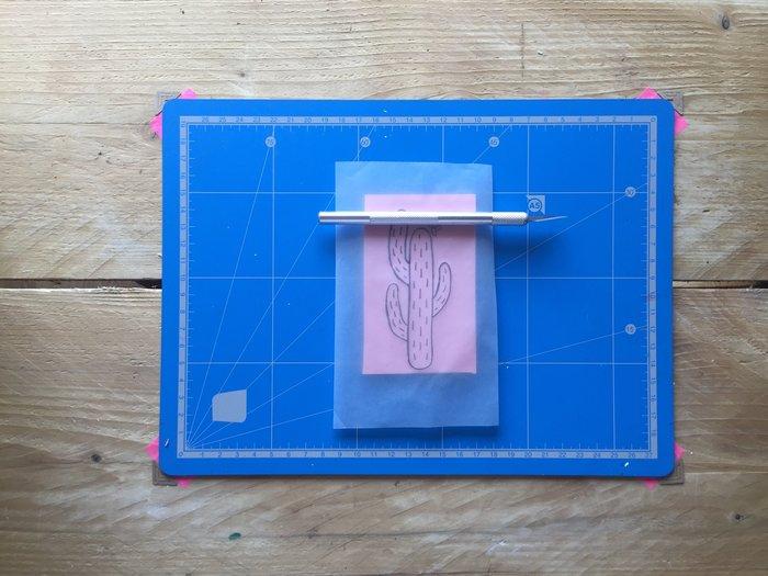 DIY : Un totebag à imprime cactus avec un tampon encreur fait maison-Décalquez votre motif sur la gomme à graver