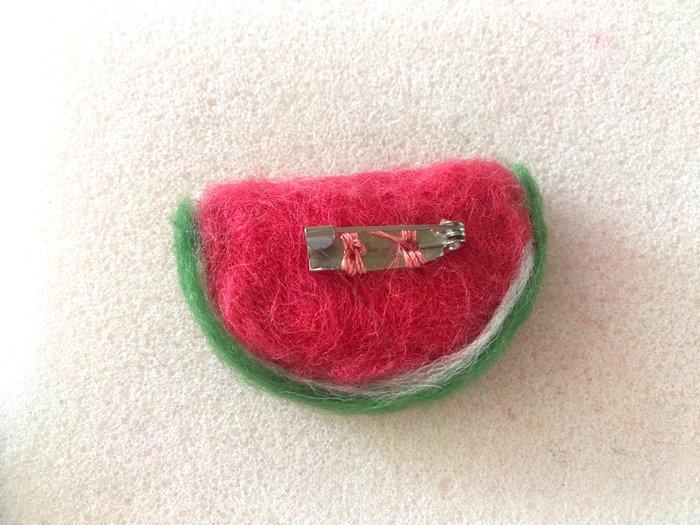 Broche fruitée pastèque en laine feutrée-Finitions