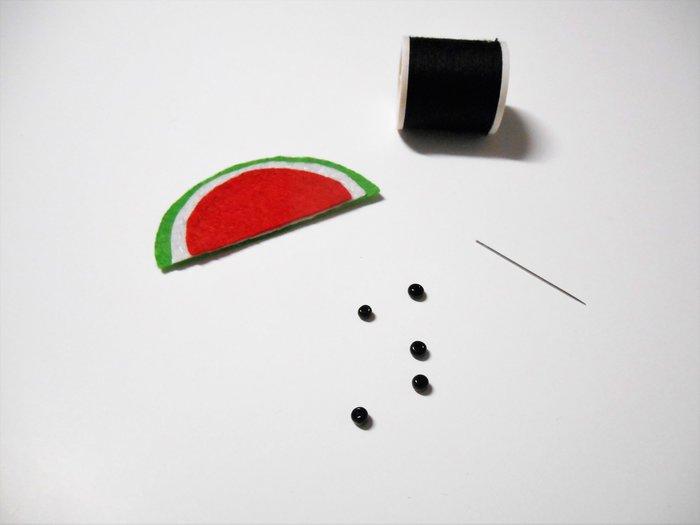 """Broche Pastèque pour les invités #CocoCrea6-Fixation des """"pépins"""""""