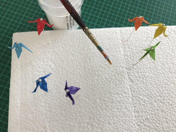 Marque-page zen aux couleurs de l'arc-en-ciel-Etape 4: Vernir les grues