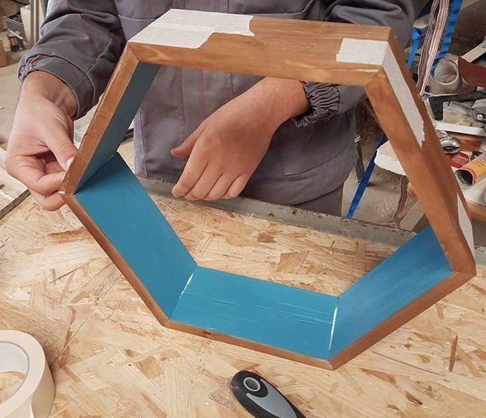 Des étagères hexagonales-Assemblage des morceaux de palette