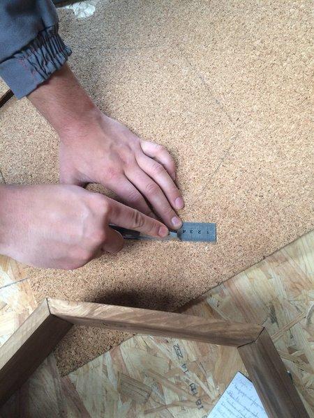 Des étagères hexagonales- (Optionnel) : Ajouter un fond en liège