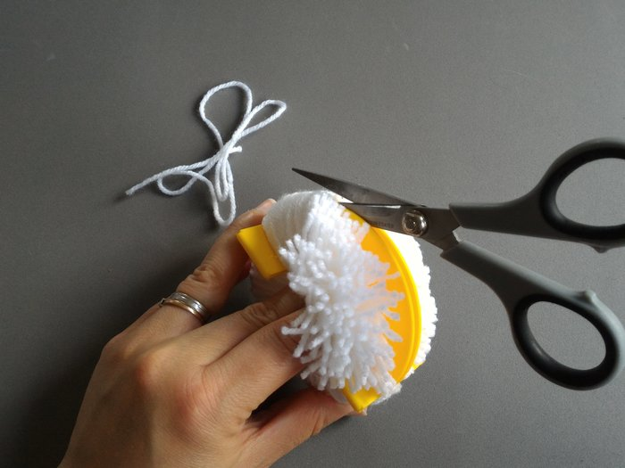 Bébé licorne arc en ciel -Réaliser des pompons à l'aide d'un kit à pompons
