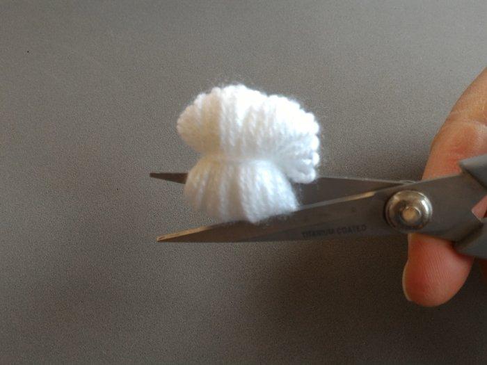 Bébé licorne arc en ciel -Réaliser des pompons à l'aide d'une fourchette