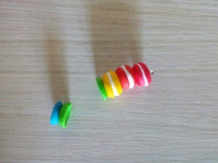 Un collier en fimo en mode rainbow-Assembler les coques