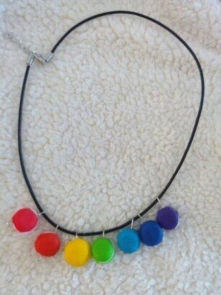 Un collier en fimo en mode rainbow-Montage du collier