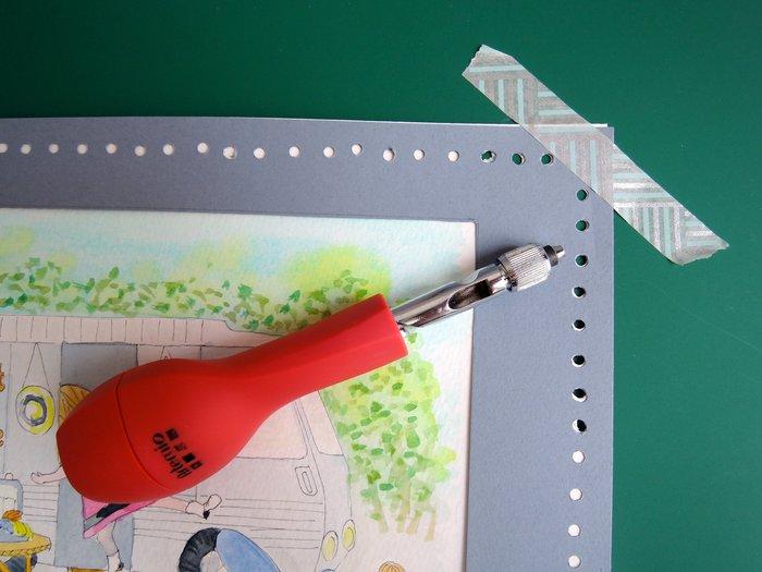 Un cadre en carton pour les petites mains-Le poinçonnage