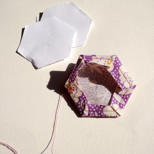Un cadre en patchwork: DIY -Assemblage d'un hexagone (devant et dos)