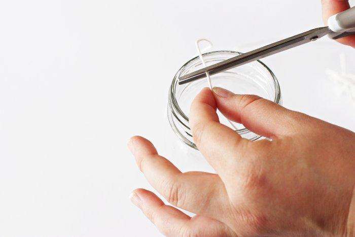 Une bougie anti-moustiques à la citronnelle-Lavez et préparez votre récipient