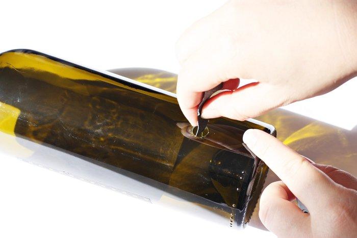 Une lampe d'appoint avec une bouteille de vin -Limez le verre et passez votre guirlande