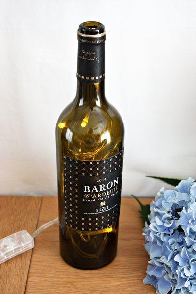Une lampe d'appoint avec une bouteille de vin -Et voilà une nouvelle lampe