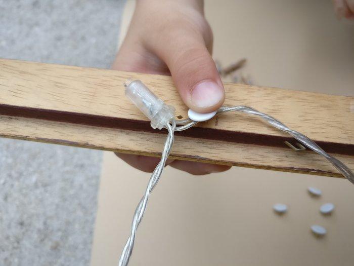 DIY : un cadre d'inspiration lumineux-Etape 1 : Fixer la guirlande