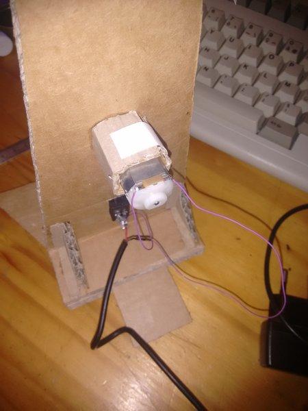Ventilateur de table en carton-On soude !