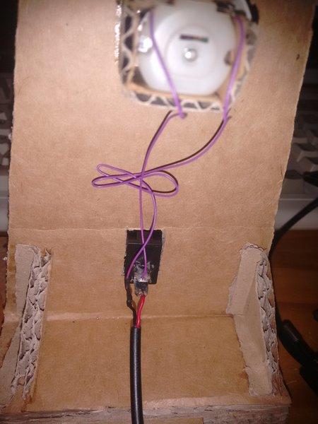 Ventilateur de table en carton-Cable management ?