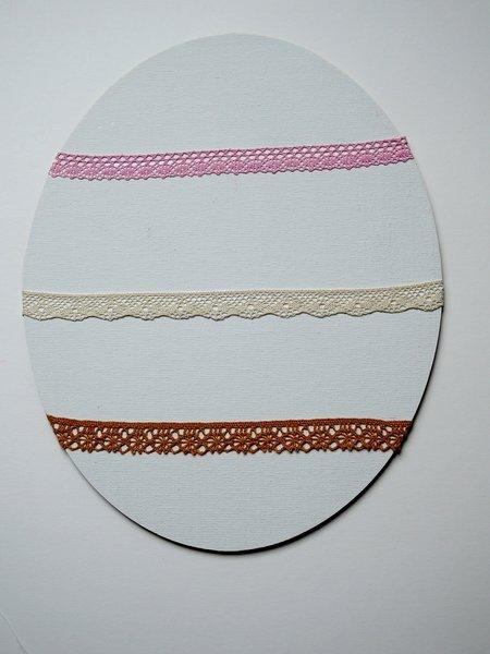 Un cadre pour ranger vos boucles d'oreilles-Collage des dentelles et finition des yoyos