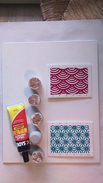 Un porte-bijoux mural en plastique dingue -Couper les bouchons en liège et les peindre, coller les éléments
