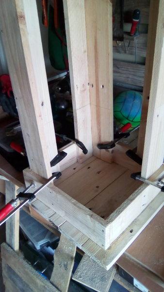 DIY : Un tabouret de bar en palettes-Assemblage pieds et assise