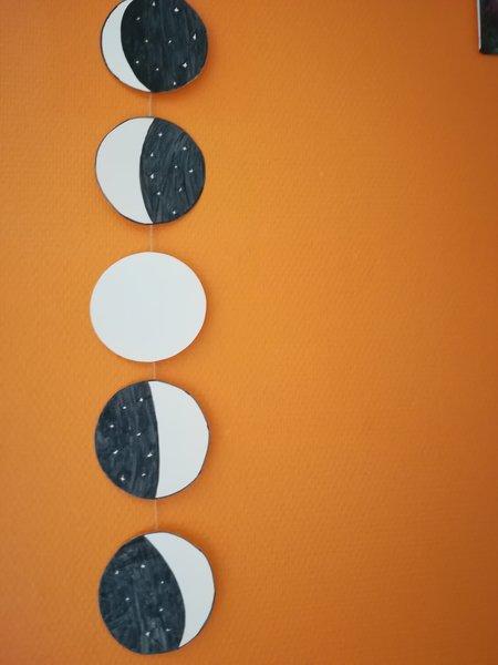 DIY : To the moon and back-Etape 3 : Lier les lunes, accrochez la guirlande et à vous de jouer !